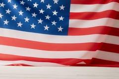 vista superiore della bandiera degli Stati Uniti d'America sulla superficie di bianco fotografie stock libere da diritti