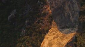 Vista superiore della base della montagna colpo Mountain View della foresta al piede della montagna video d archivio