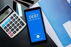 Vista superiore della chiamata in arrivo sullo schermo dello Smart Phone dal creditore C immagine stock
