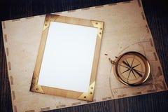 Vista superiore della cornice d'annata in bianco su una tavola di legno con la c Fotografia Stock