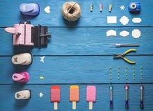 Vista superiore della disposizione degli strumenti per cucito Fotografia Stock