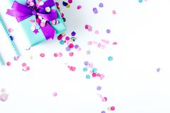 Vista superiore della festa di compleanno di concetto su derisione bianca del fondo su immagini stock
