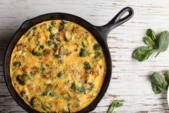 Vista superiore della frittata dell'uovo al forno con spinaci Fotografia Stock