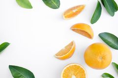 Vista superiore della frutta e delle foglie del organge su fondo teble fotografia stock libera da diritti