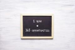 Vista superiore della lavagna con 1 ANNO, 365 opportunità Immagine Stock Libera da Diritti
