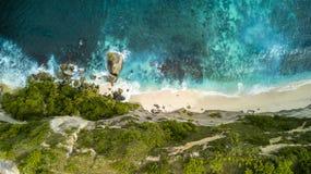 Vista superiore della linea costiera rocciosa aerea della scogliera Immagine Stock
