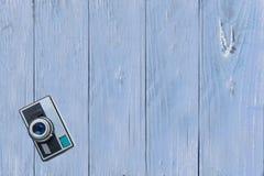 Vista superiore della macchina fotografica d'annata sulla tavola di legno blu luminosa Spazio FO fotografie stock libere da diritti