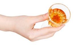 Vista superiore della mano che tiene vetro del vino liquoroso Fotografia Stock