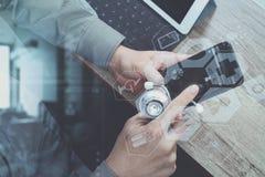 vista superiore della mano di medico che funziona con lo Smart Phone, digitale Immagine Stock Libera da Diritti