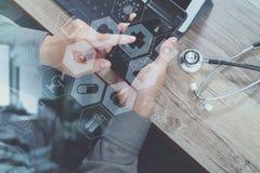 vista superiore della mano di medico che funziona con lo Smart Phone, digitale Fotografie Stock Libere da Diritti