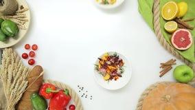 Vista superiore della mano della donna che prende i piatti con insalata Stile di vita sano, alimento di dieta video d archivio