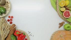 Vista superiore della mano della donna che prende piatto con insalata e rimesso  Stile di vita sano, alimento di dieta video d archivio