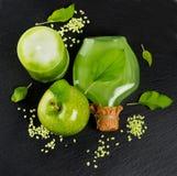 Vista superiore della mela verde con gli accessori di aromaterapia e della stazione termale Fotografia Stock
