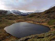 Vista superiore della montagna della neve e del lago immagini stock libere da diritti