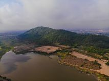 Vista superiore della piantagione, lago della montagna, cielo nebbioso in Tailandia immagine stock