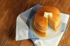 Vista superiore della pila del taglio di pancake con miele e burro sulla cima Fine in su Immagini Stock Libere da Diritti