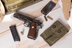 Vista superiore della pistola semiautomatica calibro 45 con la rivista Fotografia Stock