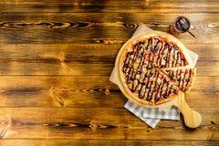 Vista superiore della pizza su una tavola di legno con spazio per testo immagine stock