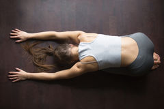Vista superiore della posa di yoga del bambino