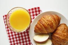 Vista superiore della prima colazione croissant, succo d'arancia fotografie stock libere da diritti