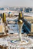 Vista superiore della residenza Ak Orda, Camera dei ministeri e del boulevard di Nur-Jol con il monumento di Baiterek a Astana, i immagine stock libera da diritti