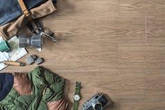 Vista superiore della roba di viaggio inverno/di autunno su fondo di legno Fotografie Stock Libere da Diritti