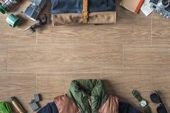 Vista superiore della roba di viaggio inverno/di autunno su fondo di legno con la c Fotografia Stock