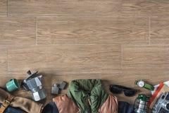 Vista superiore della roba di viaggio inverno/di autunno su fondo di legno con la c Immagini Stock Libere da Diritti