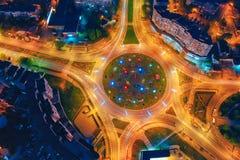 Vista superiore della rotonda della strada Paesaggio urbano del centro alla notte fotografia stock libera da diritti