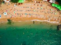 Vista superiore della spiaggia Vista aerea della spiaggia sabbiosa con la nuotata dei turisti fotografie stock
