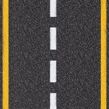 Vista superiore della strada asfaltata con le linee bianche e gialle Fotografia Stock