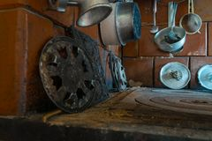 Vista superiore della stufa rurale con molti vecchi strumenti della cucina fotografie stock libere da diritti