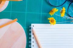 Vista superiore della taglierina di gomma, taccuino, matita, uso ideale per fondo Fotografia Stock