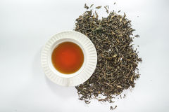 Vista superiore della tazza bianca di tè con la foglia di tè secca Fotografie Stock