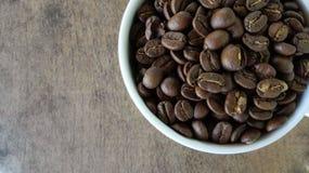 Vista superiore della tazza di caffè sul fondo di legno della tavola Immagine Stock