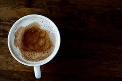 Vista superiore della tazza di caffè sulla tavola di legno Fotografie Stock