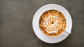 Vista superiore della vista superiore del caffè del cappuccino di arte calda del latte sulla tavola concreta fotografia stock libera da diritti