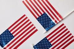 vista superiore delle aste della bandiera degli Stati Uniti d'America sulla superficie di bianco fotografie stock libere da diritti