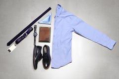 Vista superiore delle attrezzature casuali del ` s degli uomini con gli accessori Fotografie Stock Libere da Diritti