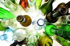 Vista superiore delle bottiglie di vetro su bianco Fotografie Stock