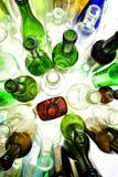 Vista superiore delle bottiglie di vetro su bianco Immagini Stock