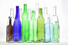 Vista superiore delle bottiglie di vetro su bianco Immagine Stock