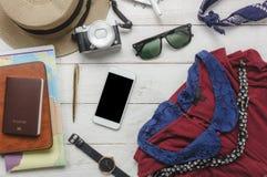Vista superiore delle donne e dell'accessorio dell'indumento da viaggiare immagini stock