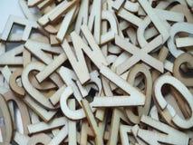 Vista superiore delle lettere di legno casuali di alfabeto su fondo porpora video d archivio