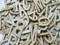 Vista superiore delle lettere di legno casuali di alfabeto su fondo porpora stock footage