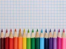 Vista superiore delle matite colorate sul blocco note Fotografie Stock