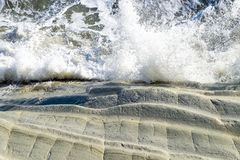 Vista superiore delle onde tempestose del mar Mediterraneo con spruzzata immagini stock libere da diritti