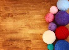 Vista superiore delle palle della lana sopra la tavola di legno Fotografia Stock Libera da Diritti