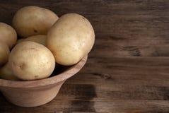 Vista superiore delle patate in ciotola di legno immagine stock libera da diritti