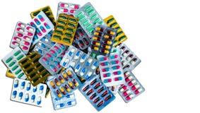 Vista superiore delle pillole antibiotiche della capsula isolate in blister isolato su fondo bianco con lo spazio della copia Dro immagine stock